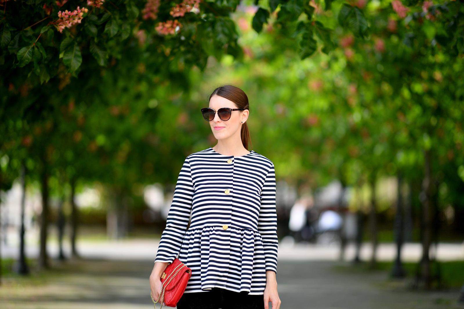 pásikov nie je nikdy dosť // striped blazer with black jeans and red bag