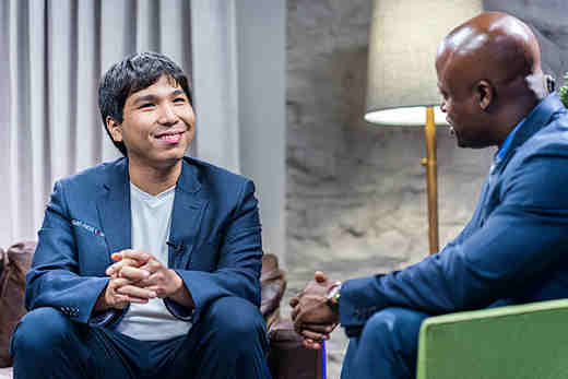 Le vainqueur Wesley So interviewé par Maurice Ashley, un excellent commentateur qui décode les coups des champions pour le grand public - Photo © Lennart Ootes