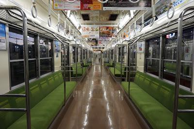 東武鉄道8000系8198Fフライング東上号リバイバルカラーの車内