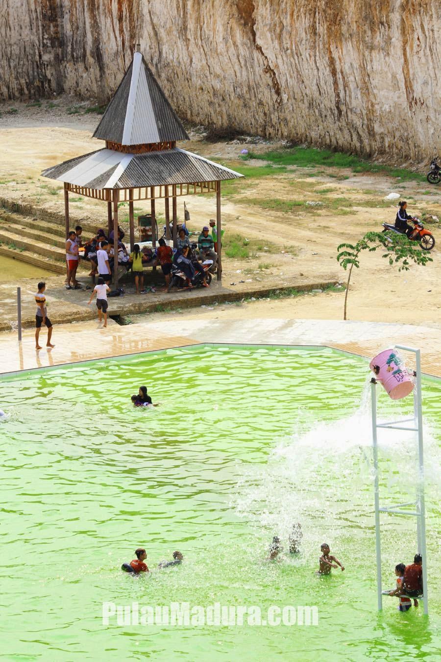 Tempat Teduh di Kolam Renang Desa Jaddih