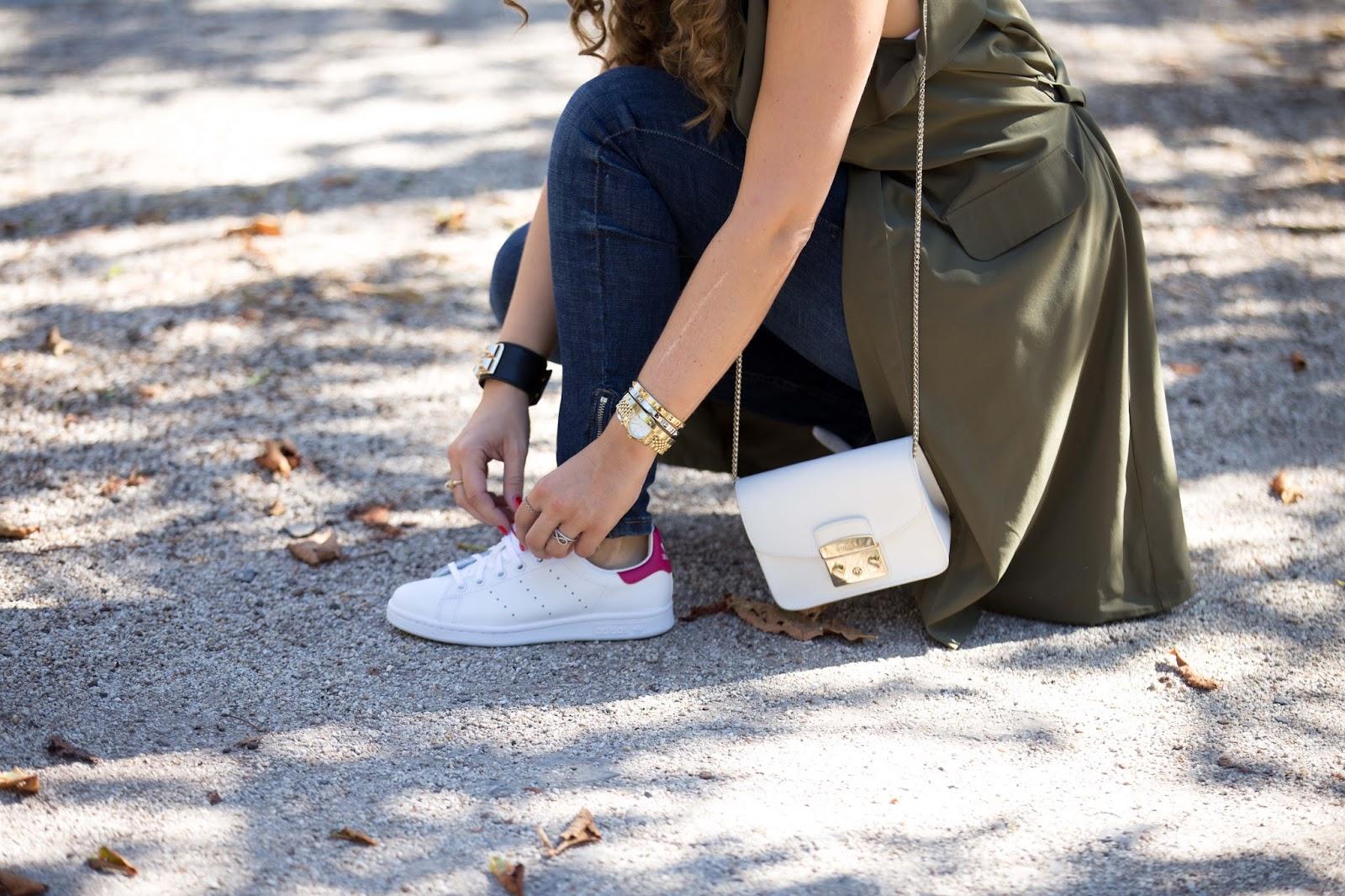 Details Furla Tasche -Khaki Veste -Pinke Adidas Schuhe-blogger mit Locken -My Colloseum - Fashionstylebyjohanna-Herbstlook Blogger-fashionblog-Deutsche Blogger-Blogger aus Deutschland