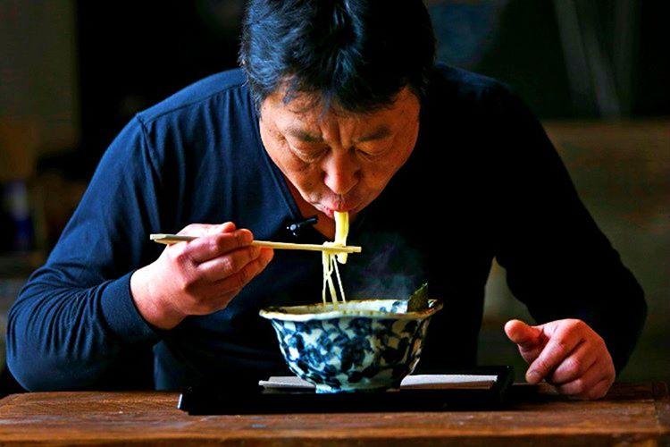 Büyük bir keyifle ağız şapırdatarak yemek, Japonların aşçılara beğenilerini göstermeleri için bir yoldur.
