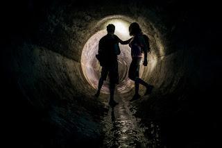 Imagen de un hombre y una mujer en un túnel