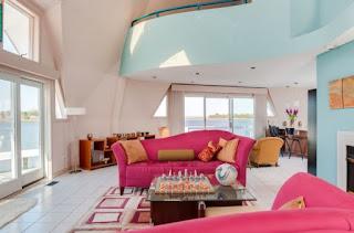 sala con sofás rosa