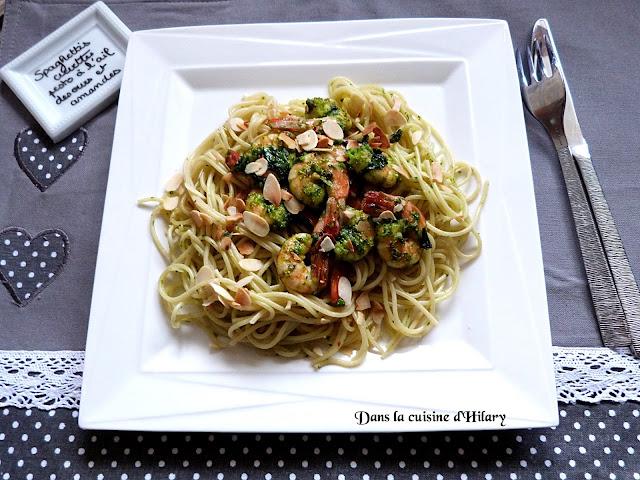 Spaghettis aux crevettes sautées, pesto à l'ail des ours et amandes