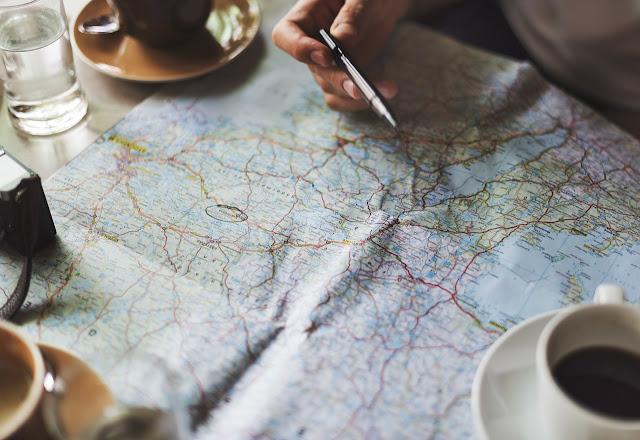 Mapa sobre una mesa y tazas de café