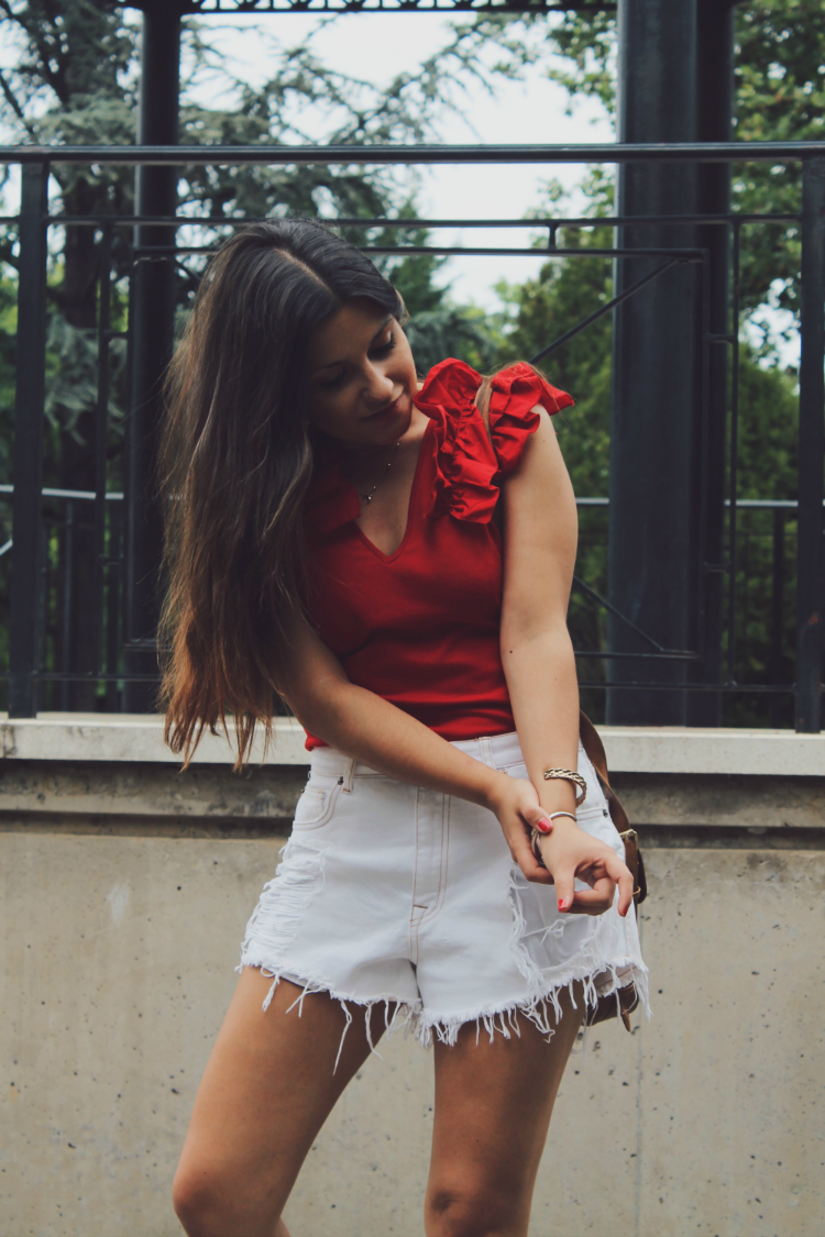 look con top de volantes y shorts blancos