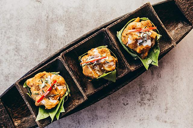Amok de poisson préparé pour les convives du Malis. Ce plat traditionnel est fait avec des filets de poisson marinés dans une pâte de curry et de citronnelle, cuits ensuite à la vapeur dans un panier de feuilles de bananier, servi avec du riz au jasmin.