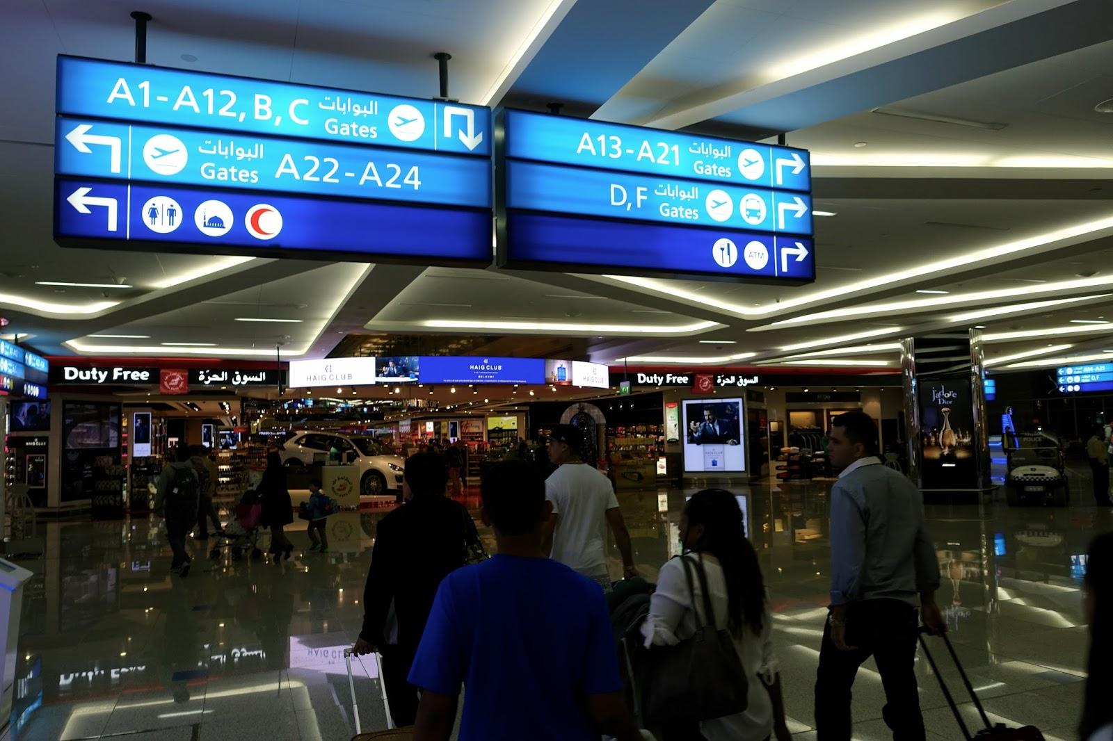 ドバイ国際空港のエミレーツ専用 ターミナル3の空港内の案内表示