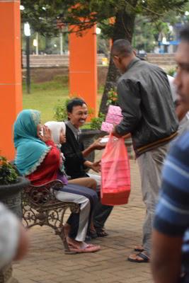 Tak Disangka, Ternyata Mereka  Adalah Para Polisi dan Polisi Wanita DTT SMDE Malang raya berbagi takjil
