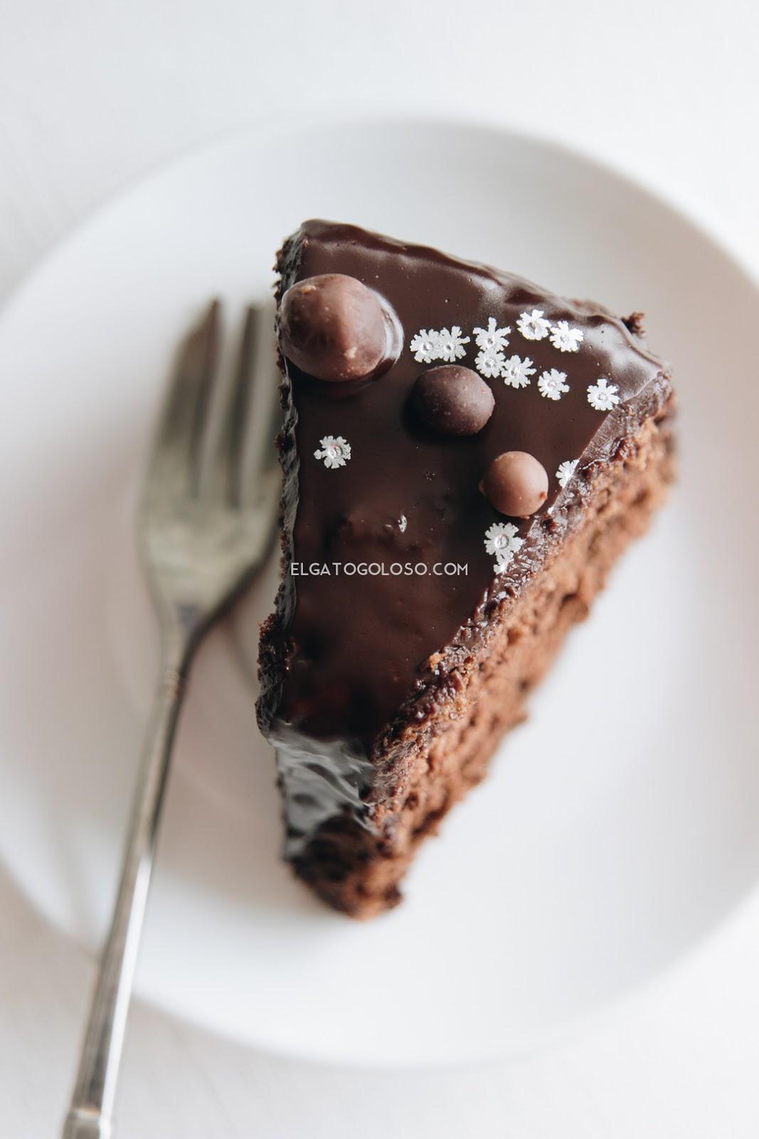 Chiffon cake de chocolate, es perfecta para ocaciones especiales, rica, ligera, esponjosa y suave. Receta vía www.elgatogoloso.com