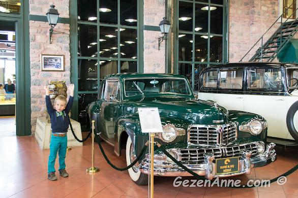 çok beğendiği, güzel, eski arabalar arasında poz veren oğlum, Rahmi Koç müzesi İstanbul