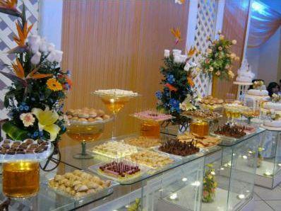 las mesas de buffet tambin quedan muy bien cuando son iluminadas con el color que se haya elegido para decorar el evento