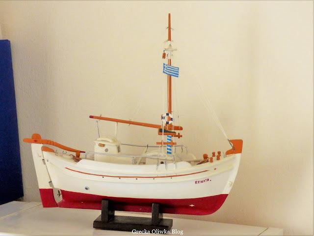 Modell statku Renata z grecką flagą