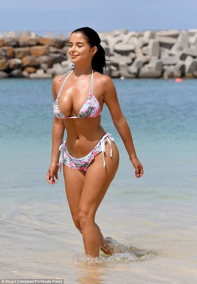 Demi Rose khoe 3 vòng gợi cảm với bikini hoa - Ảnh 2