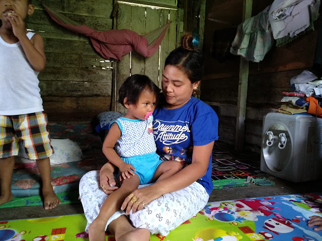 Aulia Patin balita asal Asahan yang tewas dianiaya ibu kandungnya semasa hidup saat dipangku ibunya.