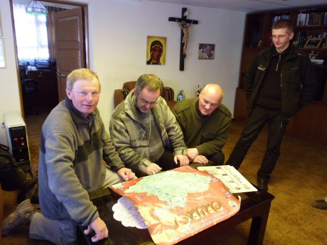 Bischof Cristobal, Claus und Casimiro studieren die Dioezesankarte