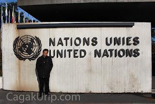 Bergaya di depan kantor PBB (United Nations)