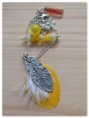 sautoir argenté, jaune et blanc avec plumes
