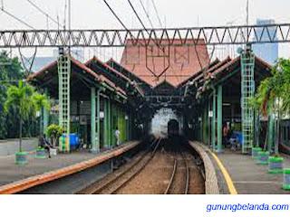Stasiun Gambir terletak di pusat Kota Jakarta