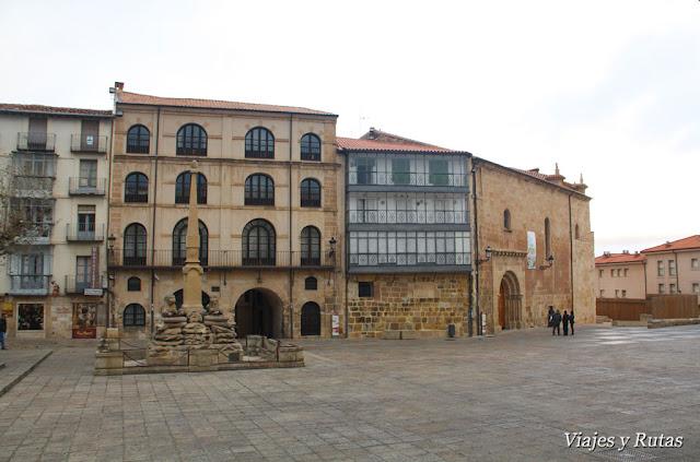 Fuente de los leones, casa del Común e Iglesia Sta Mª, Soria