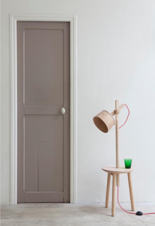 In einem Wohnzimmer ist die Tür in Beige gestrichen