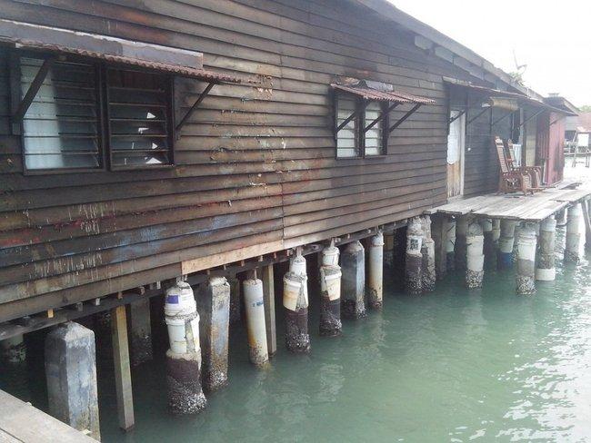 дом на сваях в воде