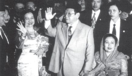 Abdurrahman Wahid dan Megawati Soekarnoputri terpilih sebagai Presiden dan Wakil Presiden RI dalam Pemilihan Umum pada tahun 1999.