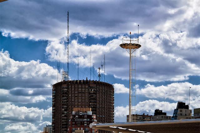 Cielo brillante con nubes blancas ,antenas apuntando al cielo.