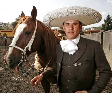 Foto de Raúl Sandoval vestido de mariachi