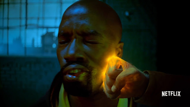 Iron Fist golpeando a Luke Cage en The Defenders