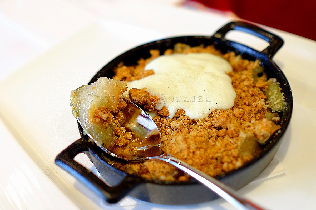 Pear & apple crumble, rolled oats & warm custard
