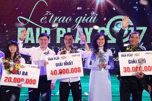 Tiền đạo đội tuyển nữ Trần Thị Thùy Trang xúc động khi nhận giải thưởng