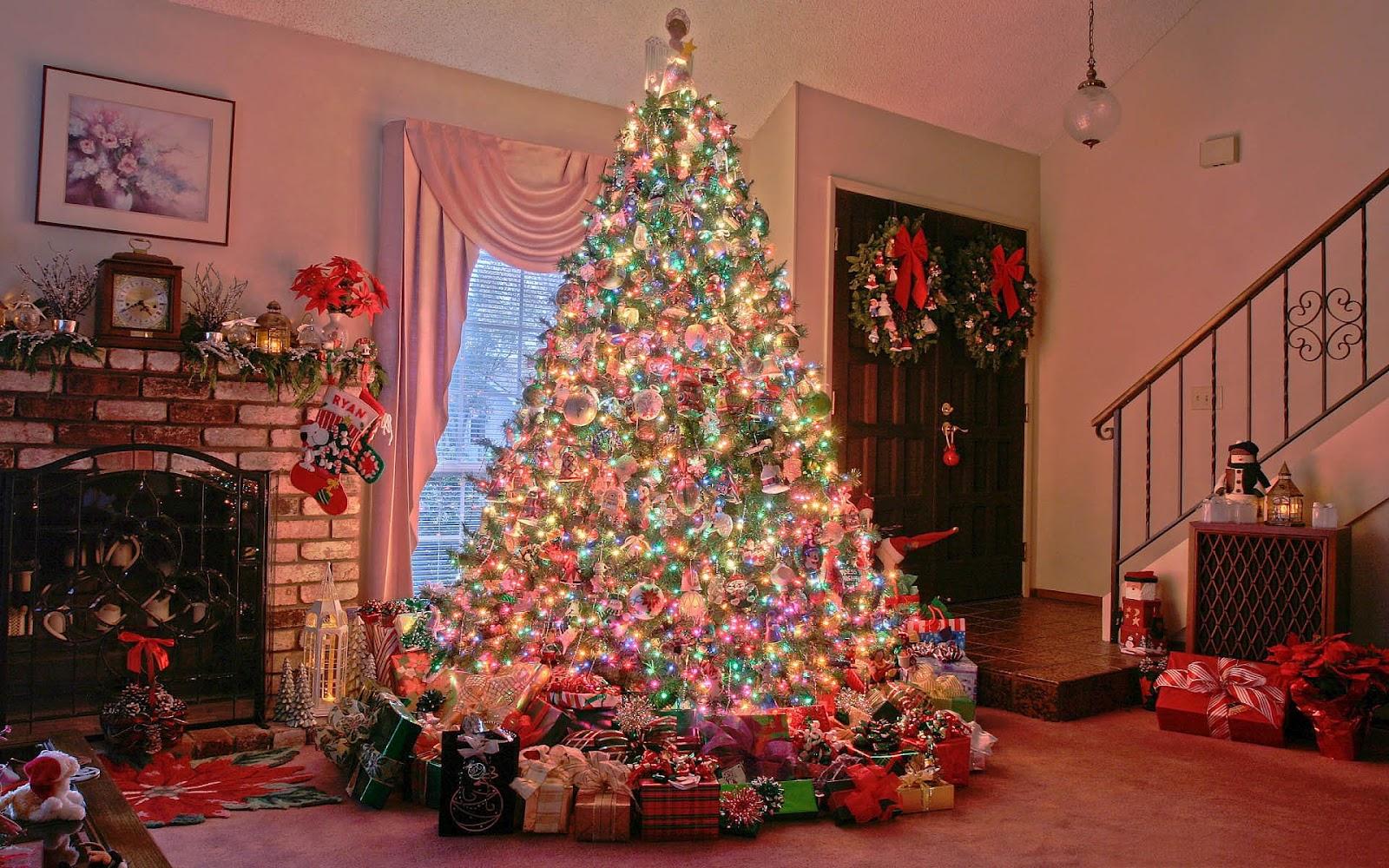 Prachtige kerstboom in woonkamer - Achtergronden