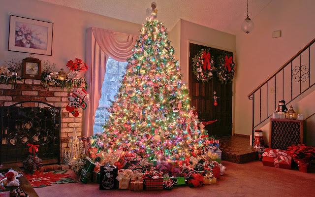 Prachtige opgetuigde kerstboom in de woonkamer