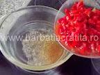 Saramura de peste preparare reteta - punem cubuletele de legume intr-un vas cu apa fierbinte