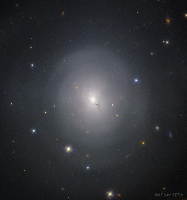 NGC 4993: Thiên hà nơi xảy ra một vụ nổ lịch sử. Hình ảnh: NASA & ESA.