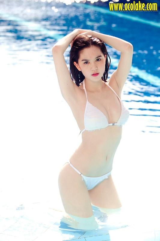 gadis SPG bugil pinggir kolam bikini putih ~ Koleksi Foto