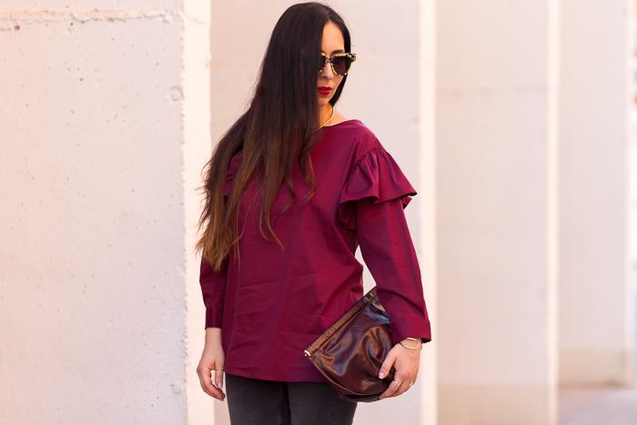 Blogger influencer de moda belleza con una de las tendencias de la temporada prendas con volantes