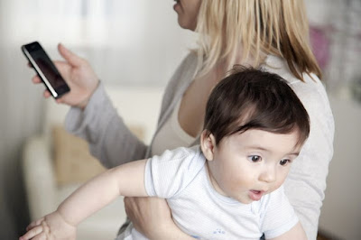 Anak Di Abaikan Karena Lebih Sibuk dengan Smartphone, Ini Loh Efek Negatif nya