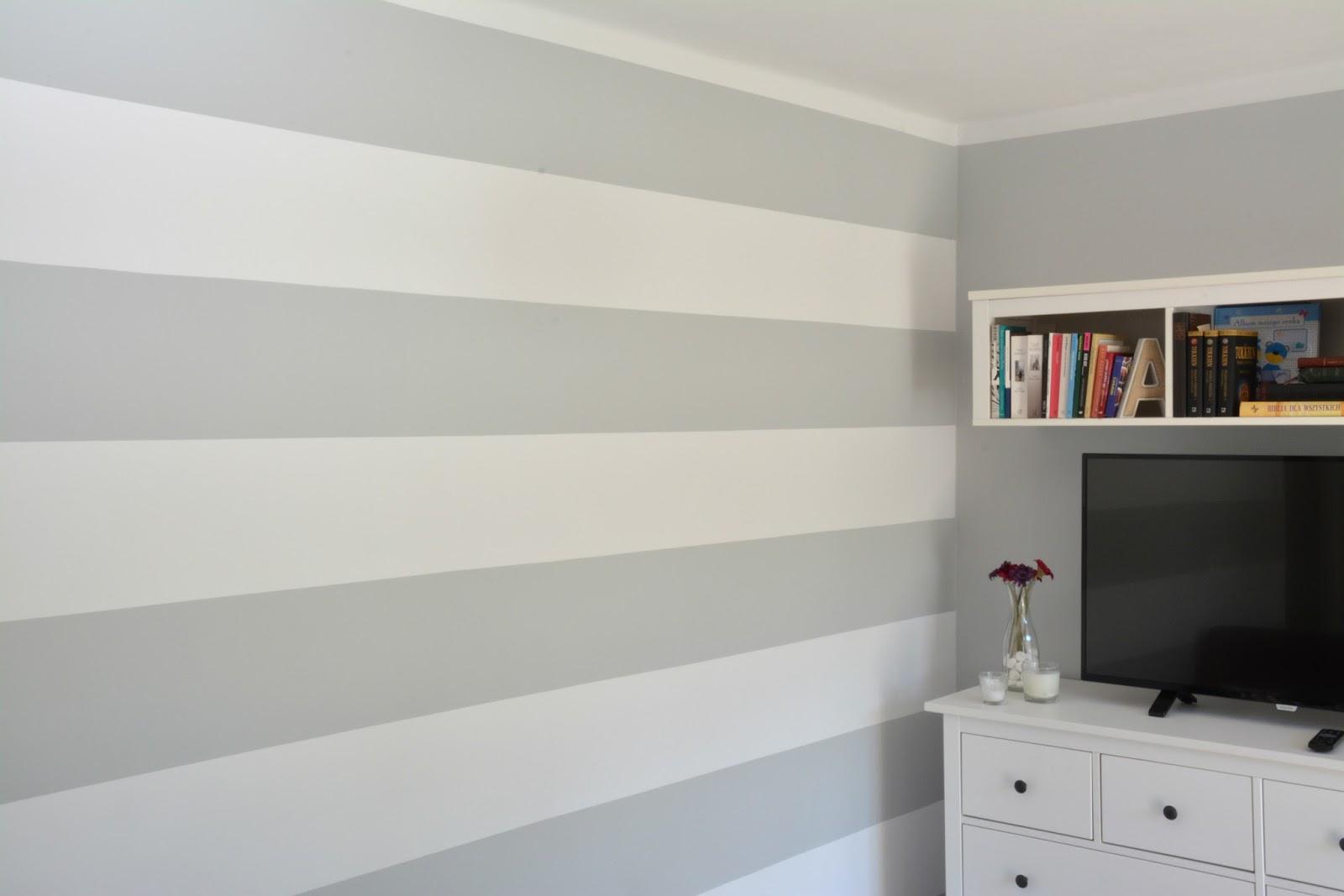 ściana dekoracyjna w salonie paski białe i szare