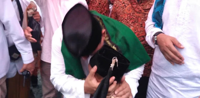 Bisikan Prabowo ke Telinga Anak-Anak di Haul Habib Kwitang