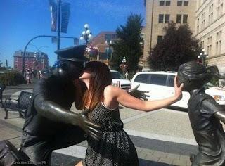 berciuman dengan patung, jangan cemburu yah