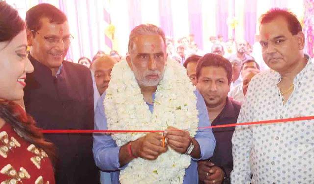 Union Minister of State, Mr. Krishan Pal Gurjar launches La-Pinoz Pizza by cutting lace