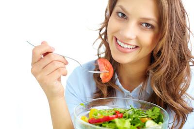 Mengonsumsi makanan saat menstruasi