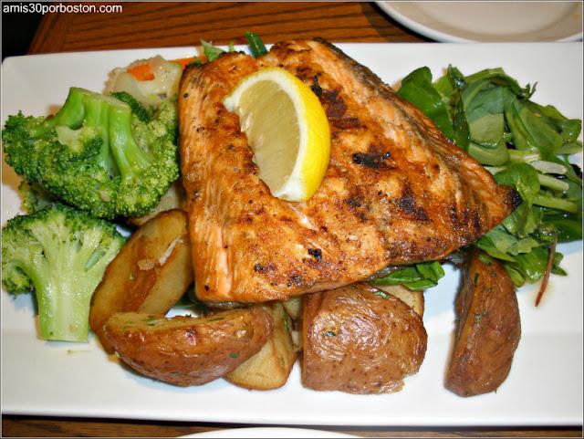 Ruta Gastronómica por Salem: Salmón en el Finz Seafood and Grill