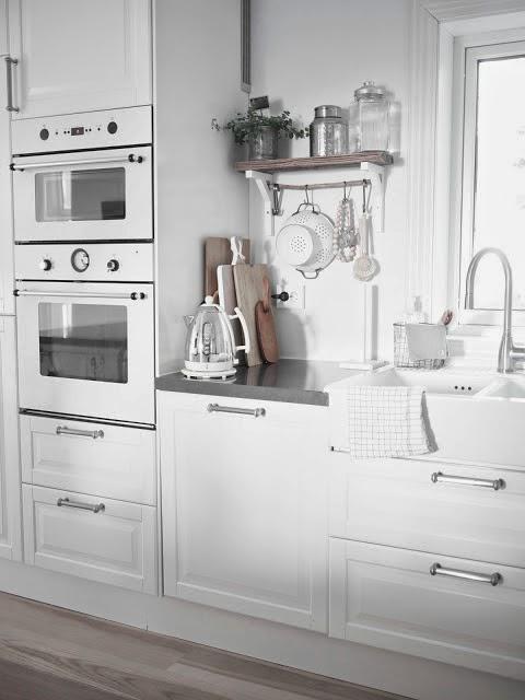 Una cocina blanca y gris con office nrdico  Boho Deco Chic