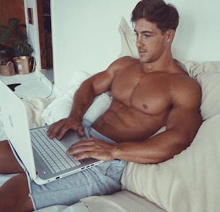 kucanje-tekstova-na-laptopu-erotika