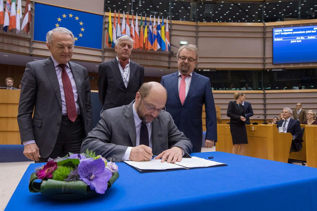 O presidente do PE, Martin Schulz, assinou hoje o orçamento da UE para 2017
