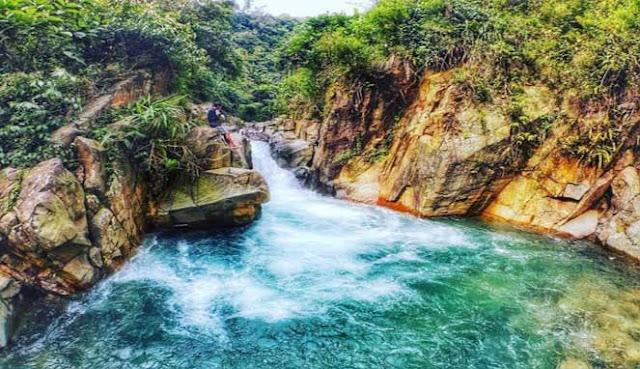 Bogor juga banyak mempunyai daerah wisata menarik dan indah untuk Anda kunjungi MENIKMATI JERNIHNYA CURUG CIBALIUNG BOGOR